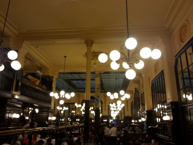 Intérieur du restaurant français Chartier [Indoor of the French restaurant Chartier]