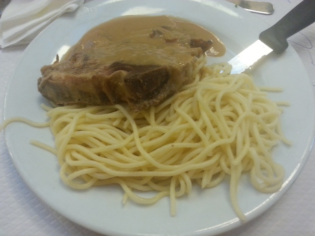 Côte de veau normande spaghetti du restaurant français Chartier [Normandy-style veal chop of the French restaurant Chartier]