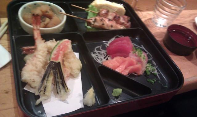 Mijoté, beignet de crevette, brochettes, sashimis