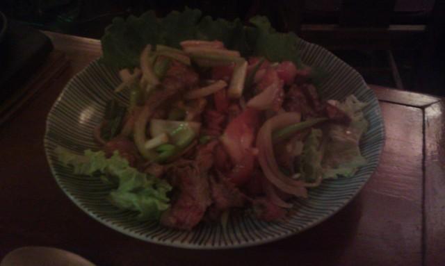 Emincé de filet de boeuf avec oignon, laitue, tomate, pousse de bambou [Sliced beef fillet with onion, lettuce, tomato, bamboo shoot]