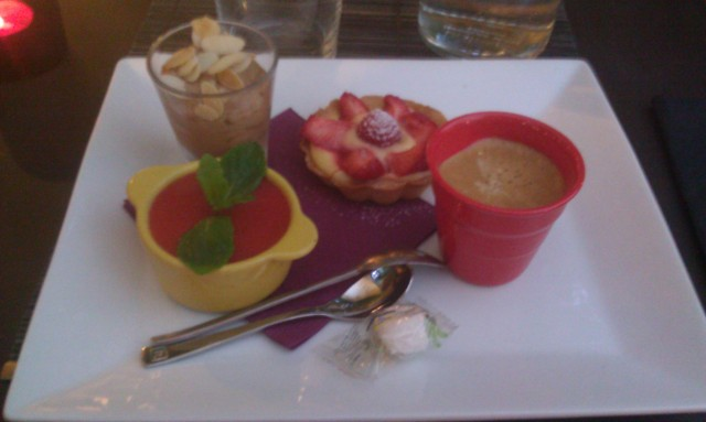 Café gourmand : café, tartelette aux citrons, à la fraise et à la framboise, tiramisu à la fraise, mousse au chocolat [Gourmet coffee: coffee, lemon tartlet with strawberries and raspberries, strawberry tiramisu, chocolate mousse]