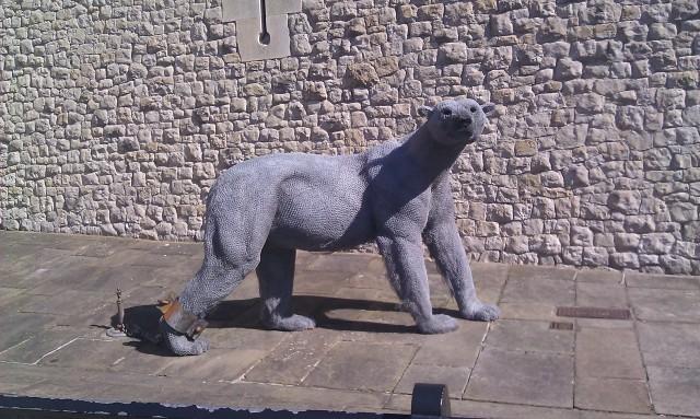 Sculptures d'ours en fil de fer créées par Kendra Haste [Fine wire sculptures of a bear created by Kendra Haste]