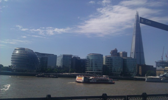 L'hôtel de ville et l'Éclat depuis le Pont de la Tour [The city hall and the Shard from the Tower Bridge]