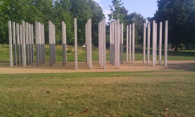 Mémorial d'Hyde Park aux victimes des attentats à la bombe du 7 juillet 2005 [Hyde Park memorial for the victims of the bombings July, 7th, 2005]