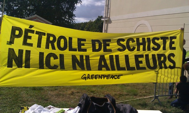 Pétrole de schiste ni ici ni ailleurs, greenpeace [Shale petroleum neither here nor elsewhere, greeenpeace]