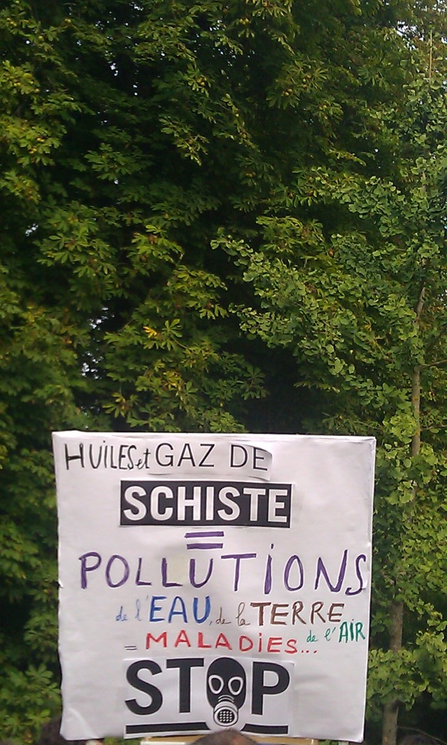 Huiles et gaz de schiste pollution de l'eau, du sol et de l'air maladies... Stop. [Oil and shale gas pollution of water, soil and air disease... Stop.]