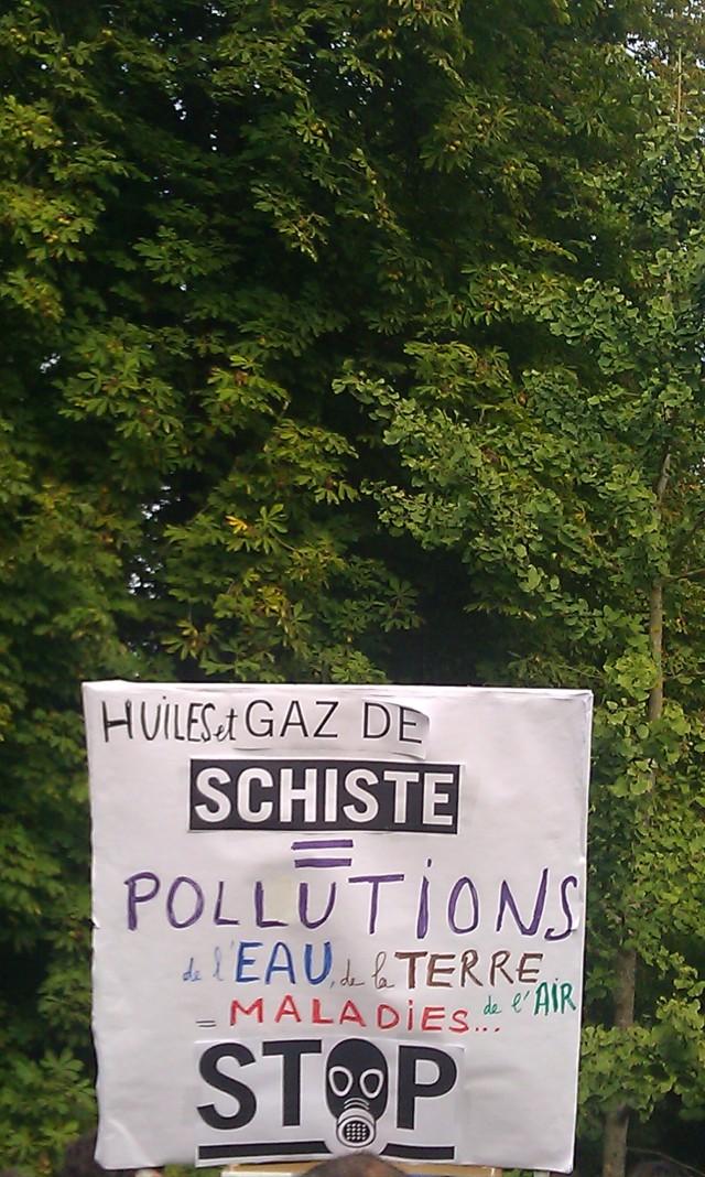 Huiles et gaz de schiste pollution de l'eau, du sol et de l'air maladies... Stop. [Oil and shale gas pollution of water, soil and air disease... Stop.]