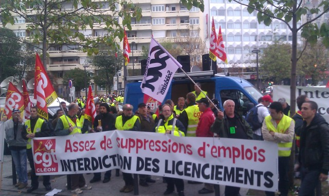 Assez de suppressions d'emplois, interdiction des licenciements, CGT Renault Cléon [Tired of job cuts, prohibition of layoffs, CGT Renault Cléon]