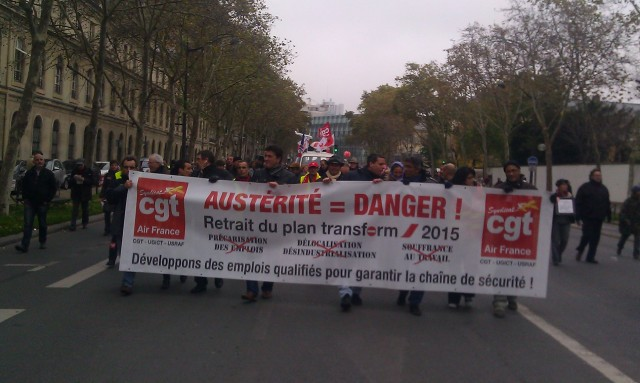 Austérité = danger, retrait du plan 'transform 2015', développons des emplois qualifiés pour garantir la chaîne de sécurité, CGT Air France [Austerity = danger, revocation of the 'transform 2015' plan, let us develop skilled jobs to ensure the safety chain, CGT Air France]