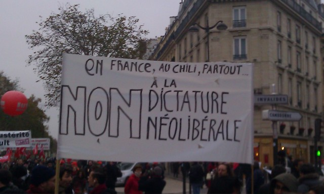 En France, au Chili, partout, non à la dictature néolibérale [In France, in Chile, everywhere, no to the neoliberal dictatorship]