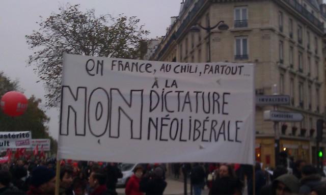 En France, au Chili, partout, non à la dictature néolibérale [In France, in Chile, everywhere, no to the neoliberal dictatorship]