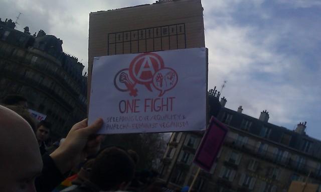 Un combat, répandre l'amour, l'égalité, l'anarcho-féministe végétalisme [One fight, spreading love, equality, anarcha-feminist veganism]