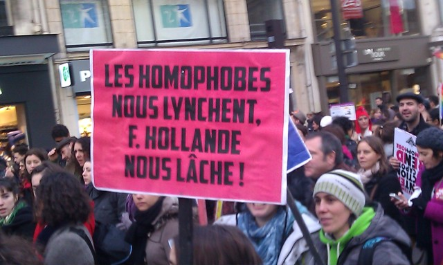 Les homophobes nous lynchent, François Hollande nous lâche [The homophobic people lynch us, François Hollande drop us]