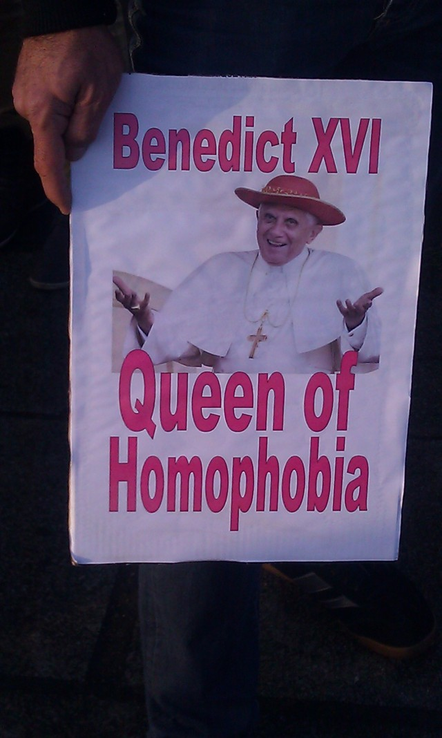 Benoît XVI, reine de l'homophobie [Benedict XVI, queen of homophobia]