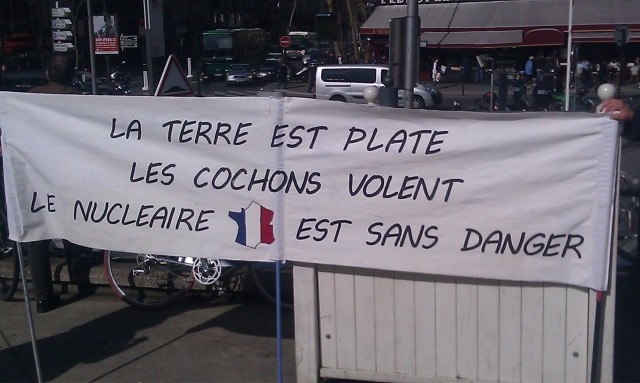 La Terre est plate, les cochons volent, le nucléaire est sans danger. [The Earth is flat, the pigs fly, the nuclear energy is not dangerous.]