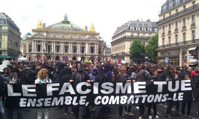 Le fascisme tue, ensemble combattons-le [Fascism kills, let us fight it together]