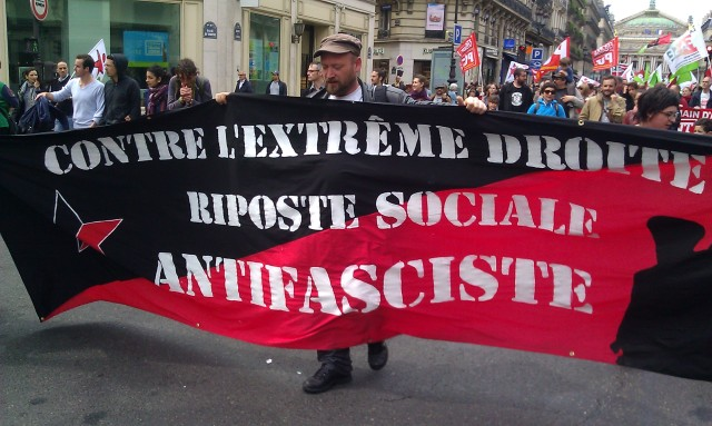 Contre l'extrême-droite riposte sociale antifasciste [Against the extreme right antifascist social response]