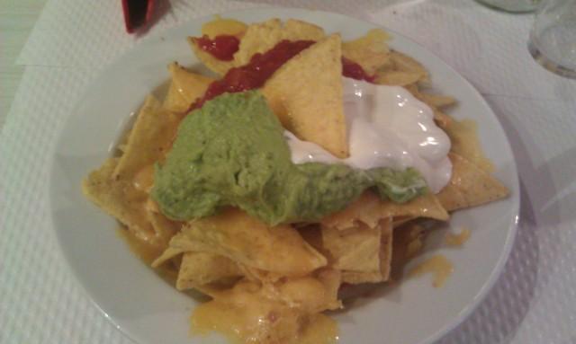 Nachos : chips de maïs avec cheddar fondu, salsa, guacamole, crème fraiche [Nachos: corn chips with melted cheddar cheese, salsa, guacamole, sour cream]