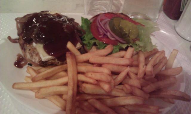 B.I.A burger : burger avec des oignons grillés, des poivrons, du cheddar et de la sauce barbecue [B.I.A burger: burger with grilled onions, peppers, cheddar cheese and barbecue sauce]