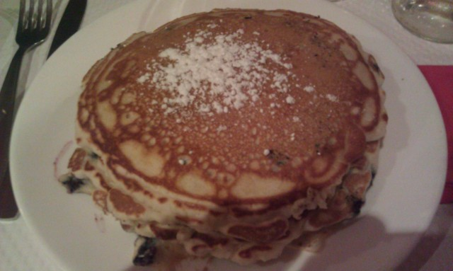 Pancakes aux myrtilles, chocolat blanc et banane [Blueberry, white chocolate and banana pancakes]