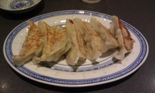 Raviolis grillés (gyozas) [Grilled dumplings (gyozas)]