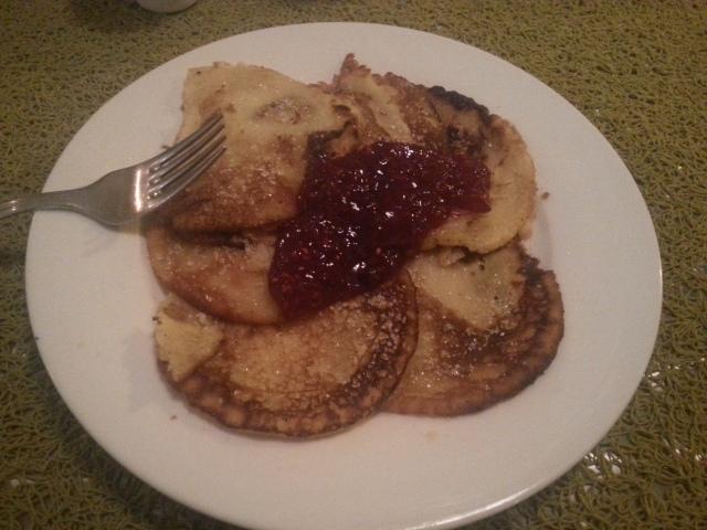 Petites crêpes finlandaises (avec de confiture) [Small Finnish pancakes (with some jam)]