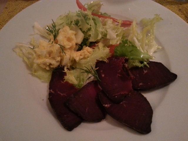 Viande de renne fumée de la Laponie du restaurant Estelle's café [Smoked reindeer meat from Lapland of the restaurant Estelle's cafe]