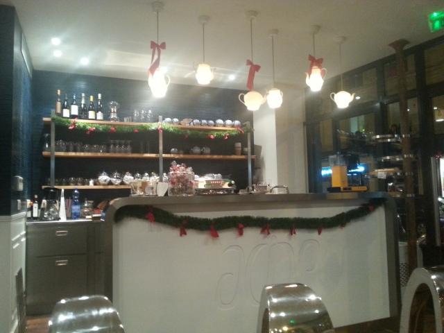 Intérieur du salon de thé Acide [Inside Acide tearoom]