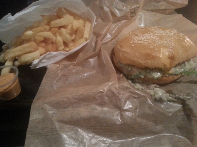 Burger au Bleu (maxi) avec des frites du restaurant  Starvin' Joe [Burger with Blue cheese (maxi) and some French fries of the French restaurant Starvin' Joe]