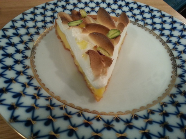 Tarte au citron meringuée avec des pistaches et une pointe d'huile d'olive du salon de thé Acide [Lemon meringue pie with pistachios and a touch of olive oil by Acide tearoom]