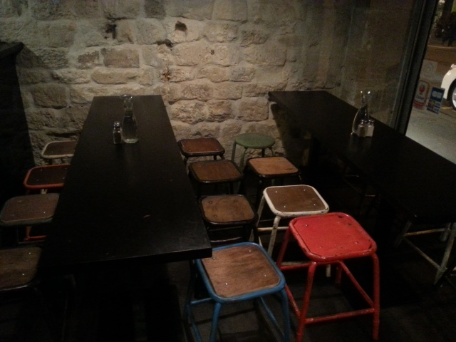 L'intérieur du restaurant français Starvin' Joe [Inside the French restaurant Starvin' Joe]
