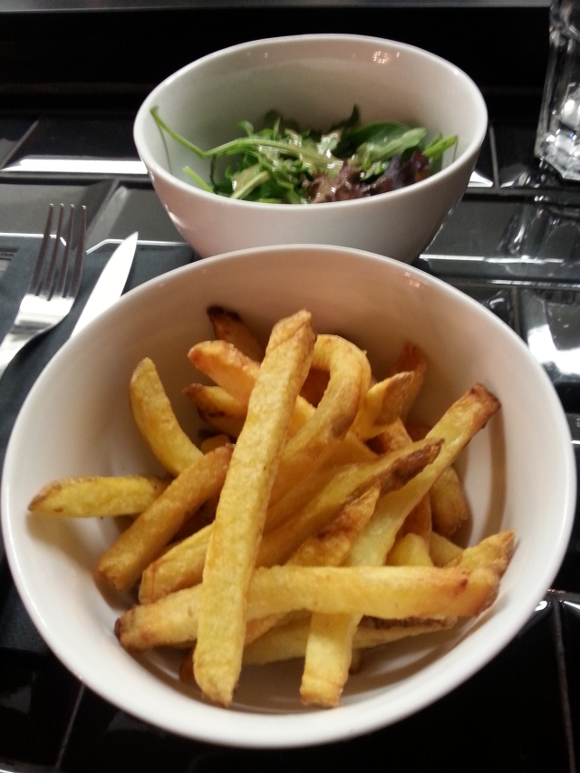 Salade et frites du bar à burger [Salad and French fries of the burger bar]