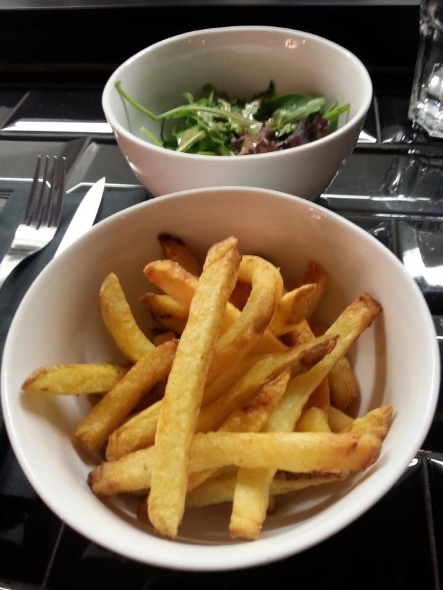 Salade et frites du bar à burger [Salad and French fries of the burger bar]