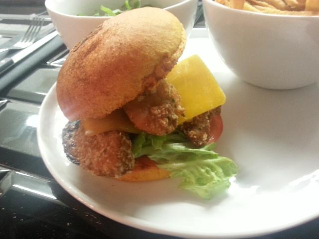 Hamburger au poulet (cocorico) du bar à burger [Chicken burger (cocorico) of the burger bar]