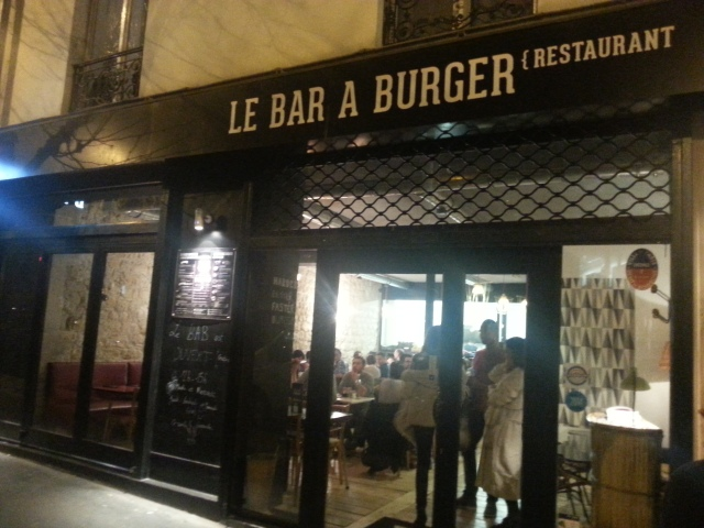 Façade du bar à burger [Frontage of the burger bar]