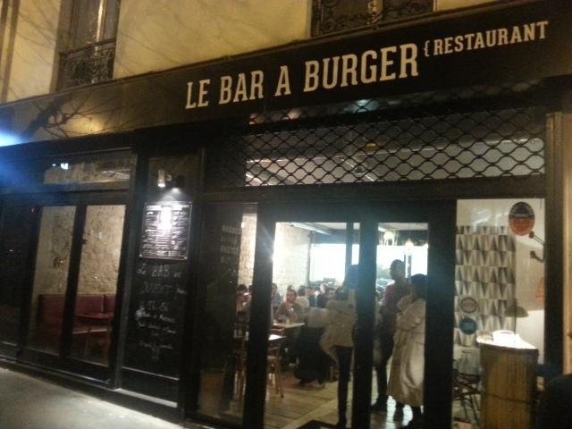 Façade du bar à burger [Frontage of the burger bar]