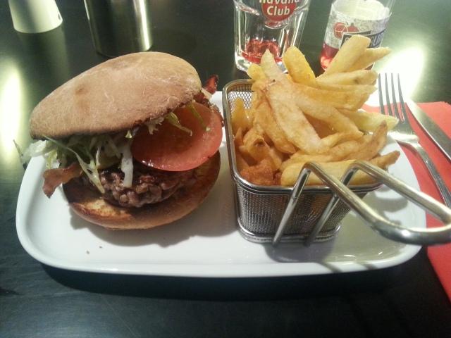BBQ Burger du restaurant Le comptoir de l'épicerie du Père Claude [BBQ Burger with French fries of the restaurant Le comptoir de l'épicerie du Père Claude]