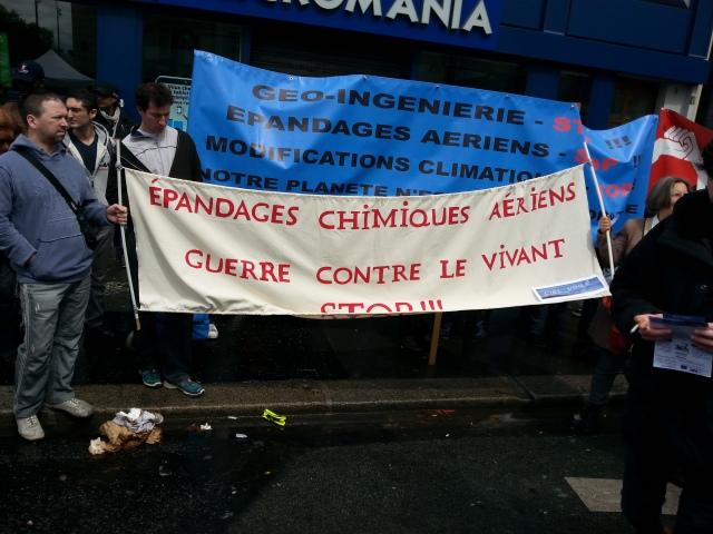 Epandages chimiques aériens, guerre contre le vivant, stop [Aerial chemical spraying, war against the living, stop]