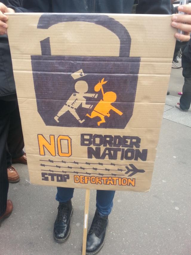 Nation sans frontière, arrêtez la déportation [No border nation, stop deportation]