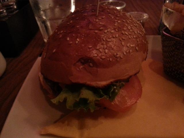 Hamburger Mamie Burger Classic du restaurant français Mamie Burger [Hamburger Mamie Burger Classic of the French restaurant Mamie Burger]