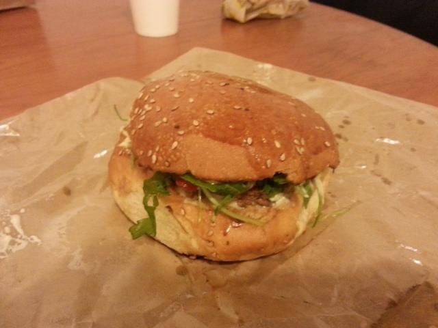 Hamburger Tonton Jeff du restaurant français Mamie Burger [Burger Tonton Jeff of the French restaurant Mamie Burger]