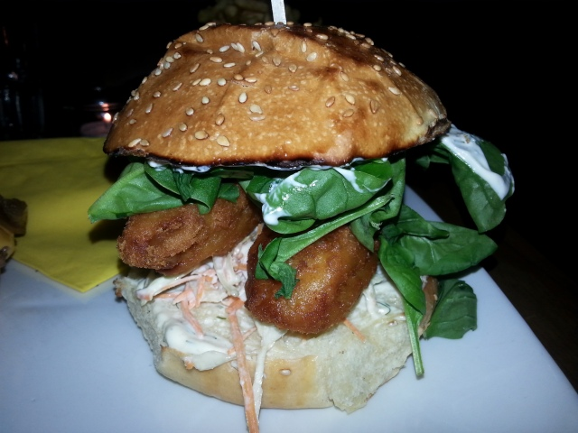 Hamburger Popeye Fish du restaurant français Mamie Burger [Burger Popeye Fish of the French restaurant Mamie Burger]