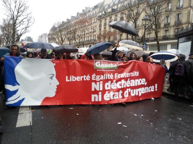 Liberté, égalité, fraternité, ni déchéance, ni état d'urgence, parti de gauche [Freedom, equality, fraternity, neither forfeiture, nor emergency state, left-wing party]