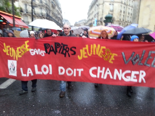 Jeunesse sans papiers, jeunesse volée, la loi doit changer, RESF [Youth without papers, stolen youth, the law must change, RESF]