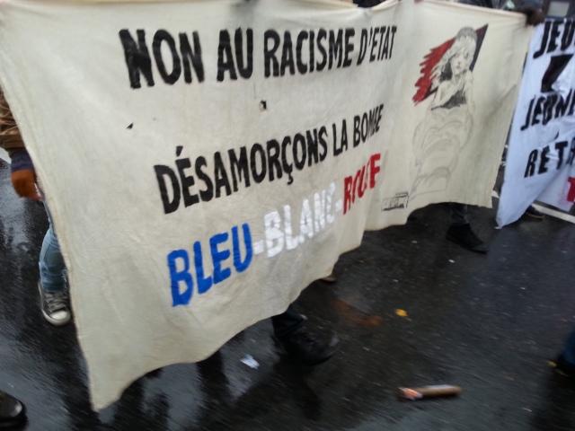 Non au racisme d'état, désamorçons la bombe bleu blanc rouge [No to state racism, let's defuse the blue white red bomb]
