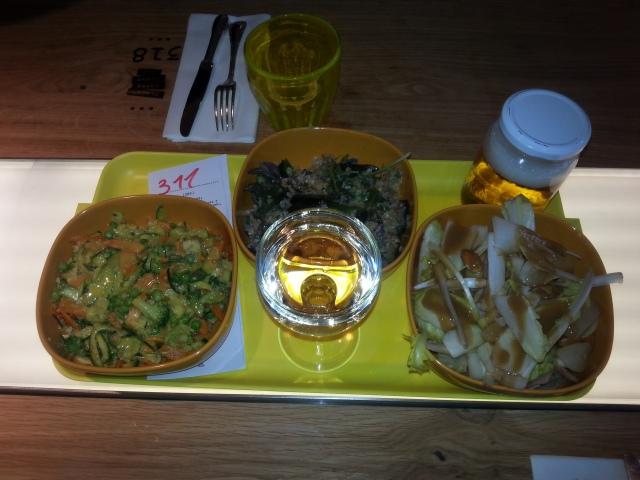 Grandes salades du restaurant français Za [Big salads of the French restaurant Za]