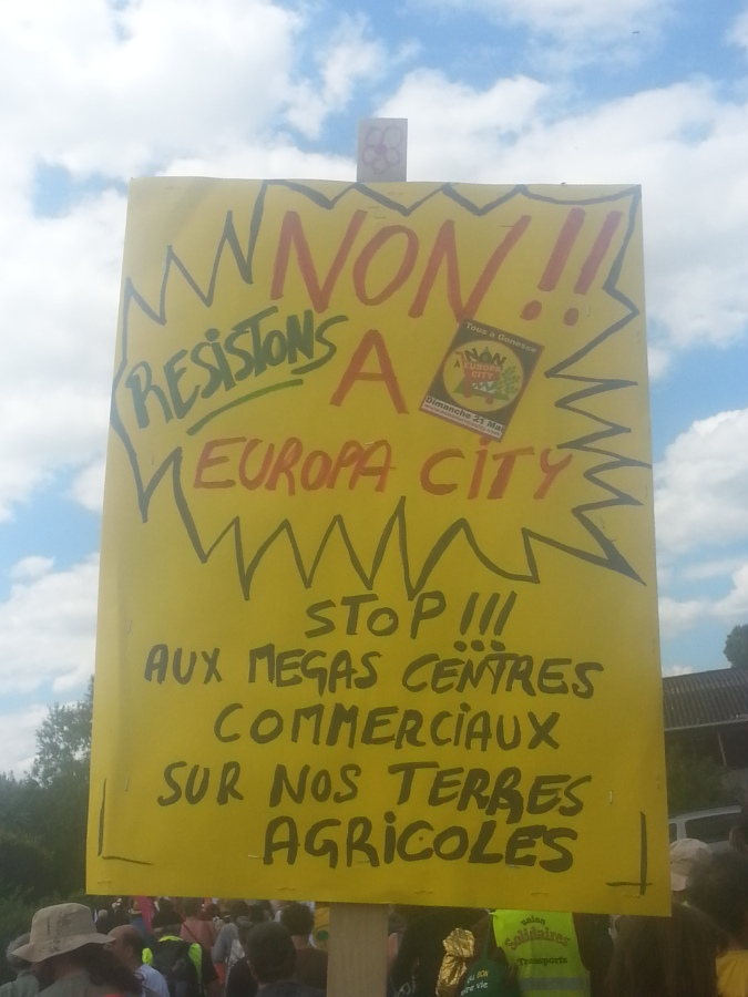 Non à Europa City, résistons. Stop aux méga centres commerciaux sur nos terres agricoles [No to Europa City, let's resist. Stop to the huge shopping centers on our agricultural grounds]