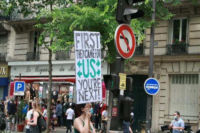 D'abord, ils sont venus pour nous, tu es le suivant [First, they came for us, you're next]